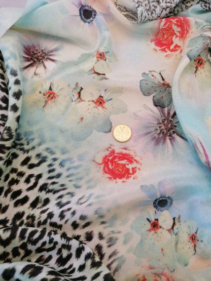 siden med leopard och blommönster